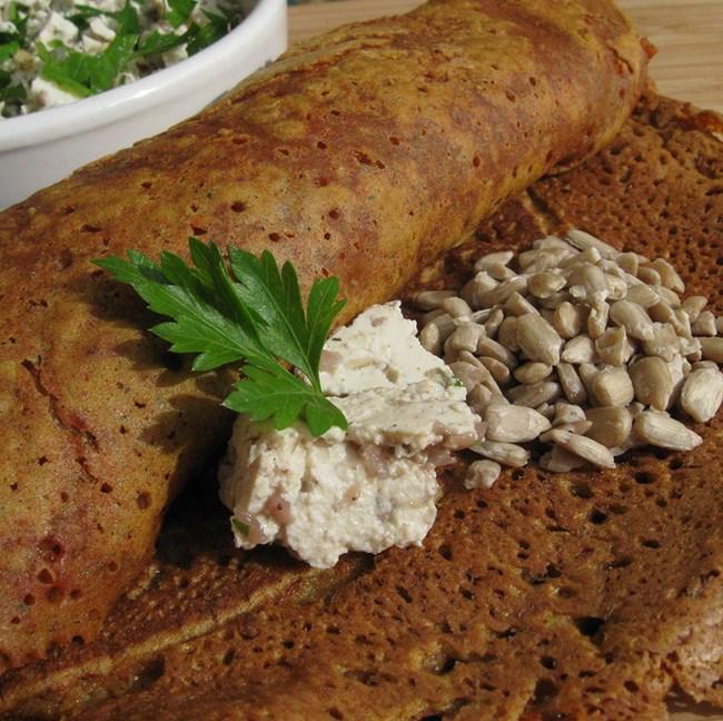 Crêpes à la farine de pois chiches et farce au tofu et graines de tournesol
