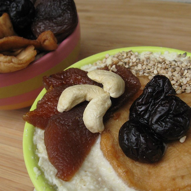 Muesli aux flocons de riz, noix de cajou, graines de sésame blond complet, abricots et pommes moelleux