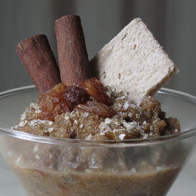 Porridge à l'amarante, raisins secs et noix de coco