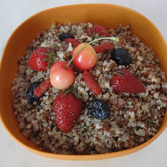 Taboulé de quinoa aux fruits rouges frais et séchés