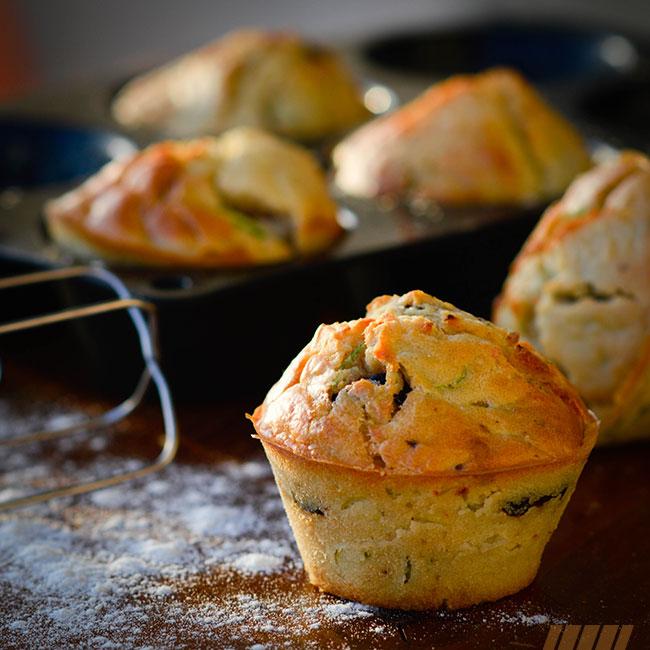 Muffins à l'aquafaba, courgettes, olives et feta