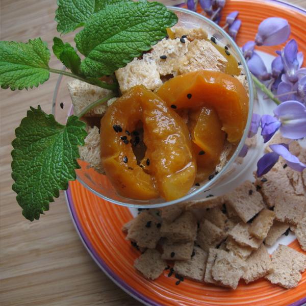 Verrines abricot-pêche à la fleur d'oranger et cardamome, tartines craquantes aux figues