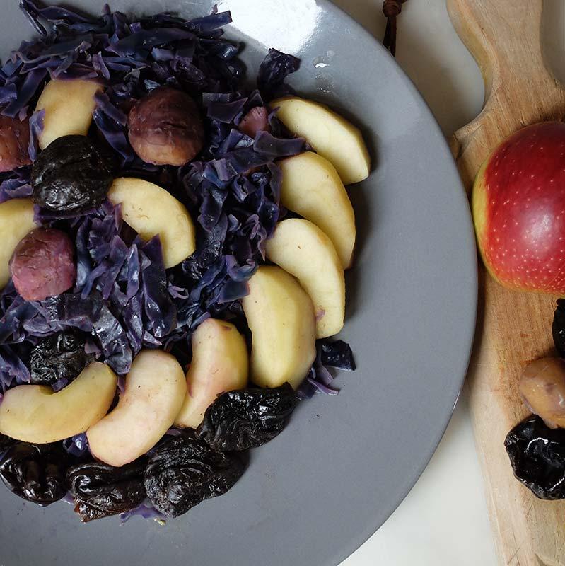 Chou rouge cuit aux châtaignes, pruneaux et pommes