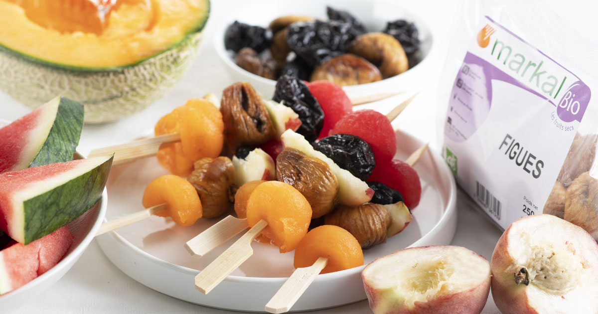 Brochettes de fruits frais et fruits secs