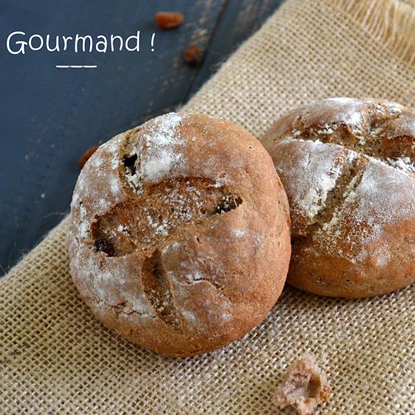 Petits pains à la farine de châtaigne et aux raisins secs