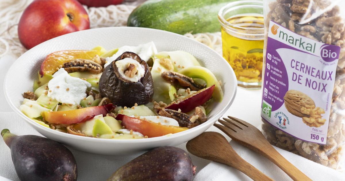 Salade sucrée salée aux figues, noix, nectarine jaune et tagliatelles de courgettes.