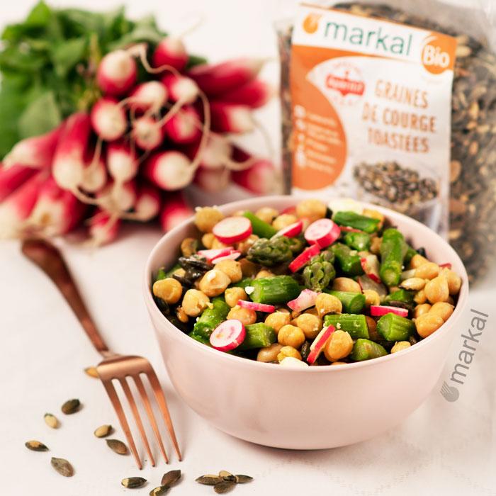 Salade printanière pois chiches, asperges, radis et graines de courge toastées