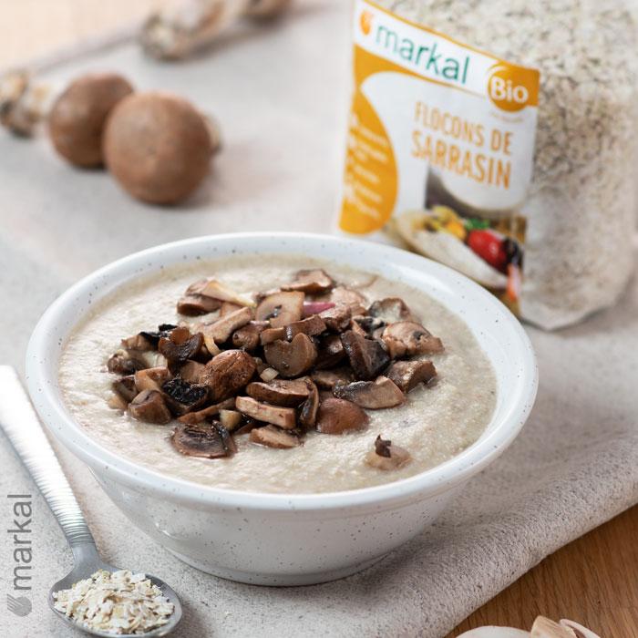 Porridge salé aux flocons de sarrasin et aux champignons