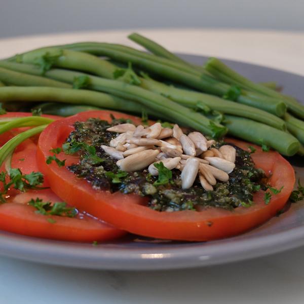 Salade de haricots verts et tomates au persil, graines de tournesol et tartare d'algues