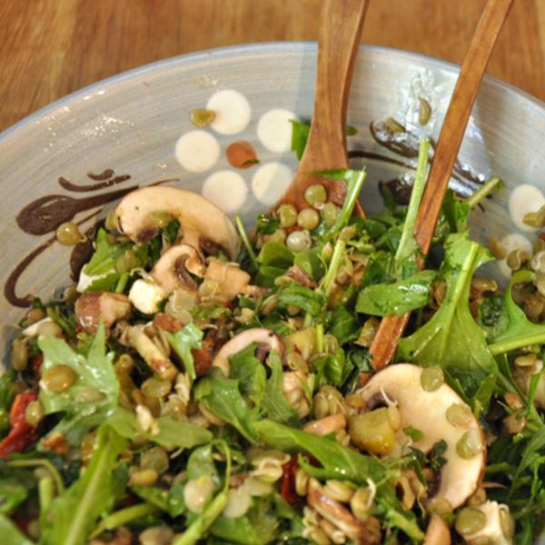 Salade de lentilles blondes au fromage de chèvre mariné, tomates séchées et noix