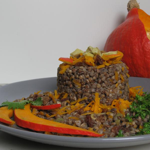 Salade tiède de sarrasin aux raisins, avocat et potimarron