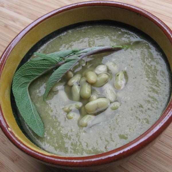 Soupe rustique à la sauge, aux trois choux et flageolets