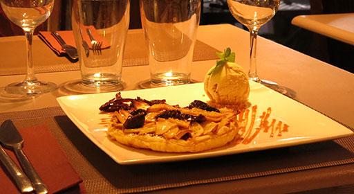 Tarte bicolore poivron-courgette, graines de courge et crème au basilic