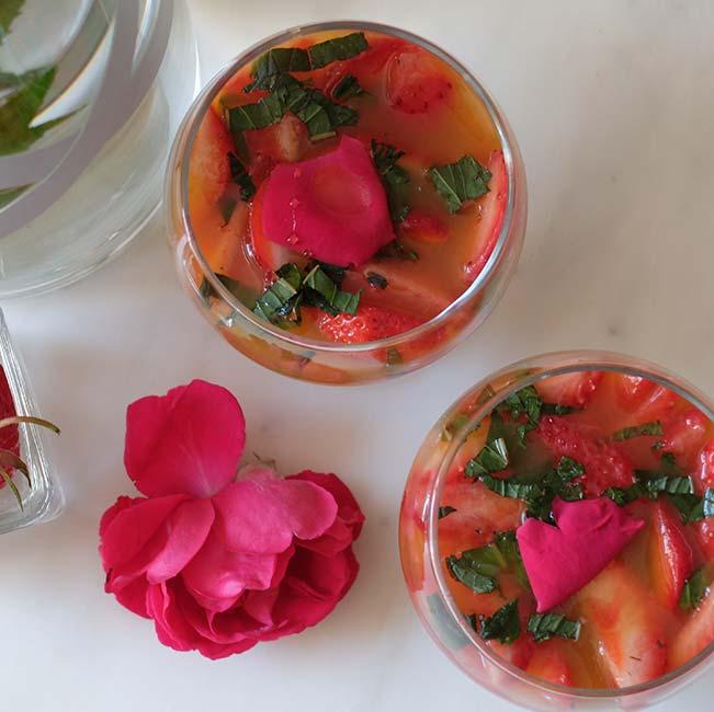Verrines d'aspic d'orange et fraises à la menthe