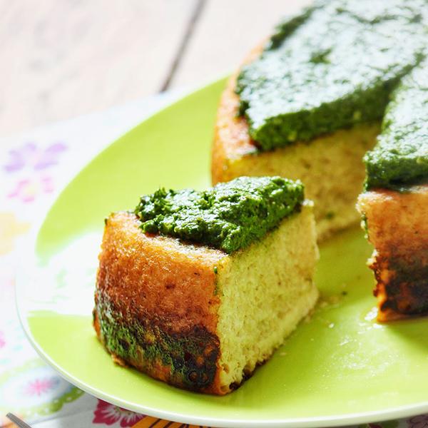 Gâteau de boulgour au chèvre frais et pesto de pousses d'épinard et noisettes