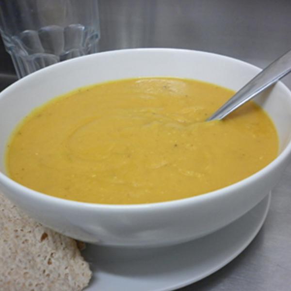 Velouté de patate douce et lentilles corail au curry et au lait de coco