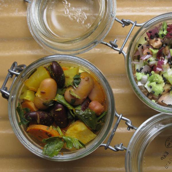 Wok de légumes de printemps et légumineuses au curcuma et graines de tournesol