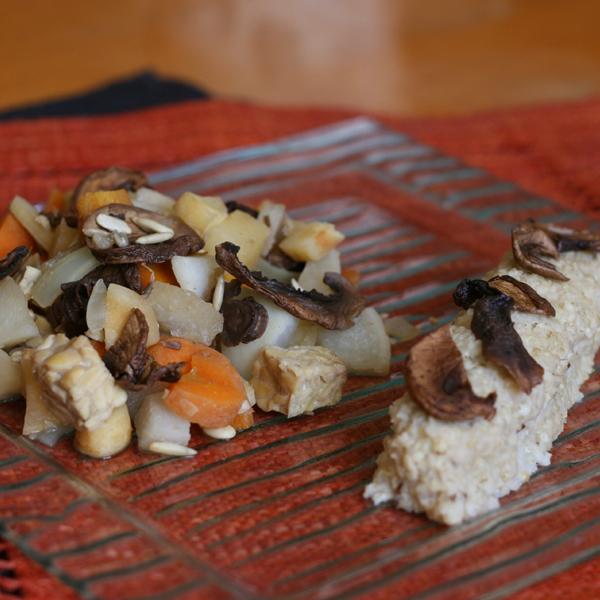 Wok de racines d'hiver et tempeh, quenelle de millet aux champignons et à la coriandre