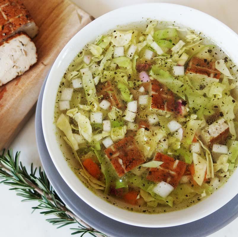 Soupe « repas » au chou blanc et au tofu fumé