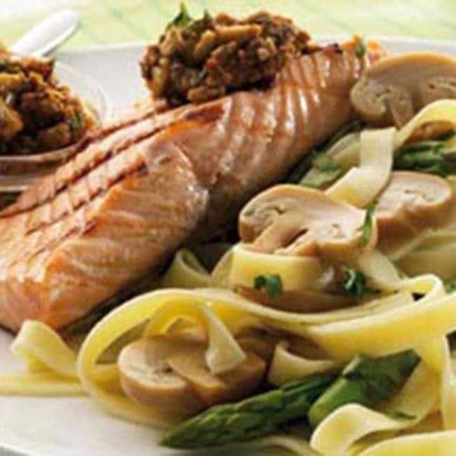Tagliatelles au saumon grillé et à la tapenade aux champignons