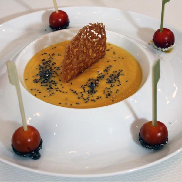 Velouté de potimarron, tuile et tomate cerise façon pomme d'amour