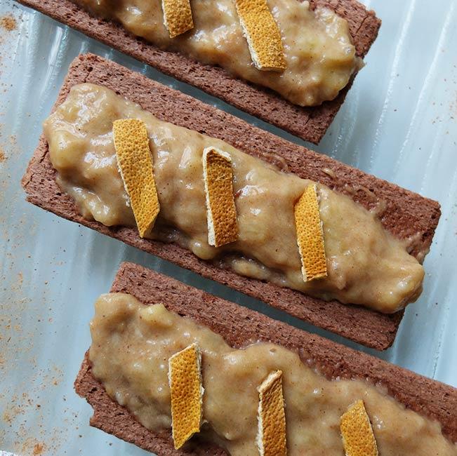 Banane à la purée de noix de cajou parfumée à l'orange et sa tartine au cacao