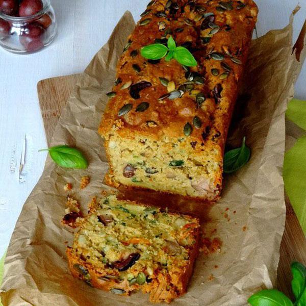 Cake de Kamut® aux olives noires, courgettes, tofu fumé et tomates séchées