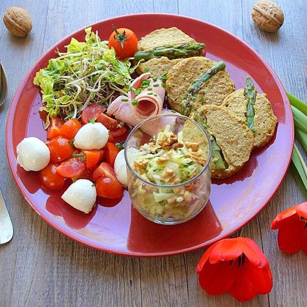 Galette de sarrasin, tomates mozzarella, salade de courgettes aux noix