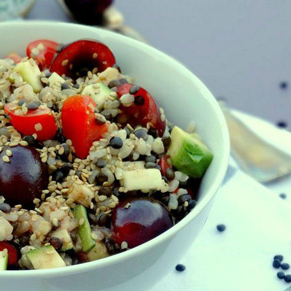 Salade de riz complet et lentilles beluga aux cerises et à la vinaigrette de moutarde à la vanille