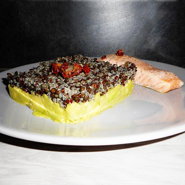 Salade quinoa beluga sur lit de guacamole