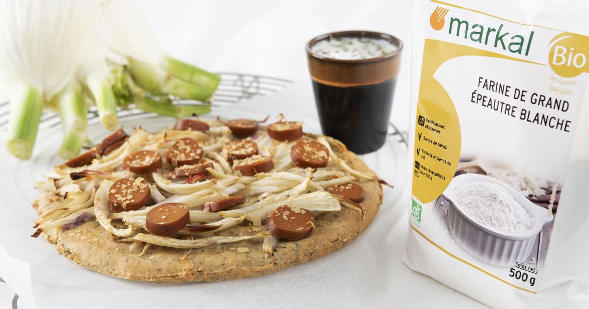 Pizza fine base blanche, fenouil, saucisses végétale et levure maltée
